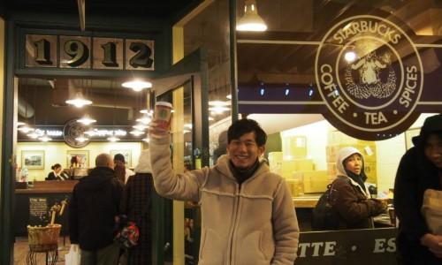 スターバックス一号店の前で記念撮影