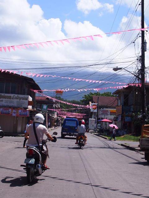 フィリピンはカミギン島へ惣士郎さんみほさんに会いにやってきました。 今日は島一番のお祭りがあるということでバイクを借りて島を激走。 久しぶりのバイク、楽しい!