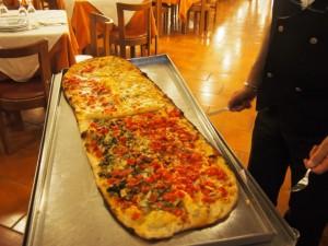 ヴィーコ・エクエンセにてピザを食べる