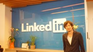 LinkedIn(リンクトイン)ロゴの前で