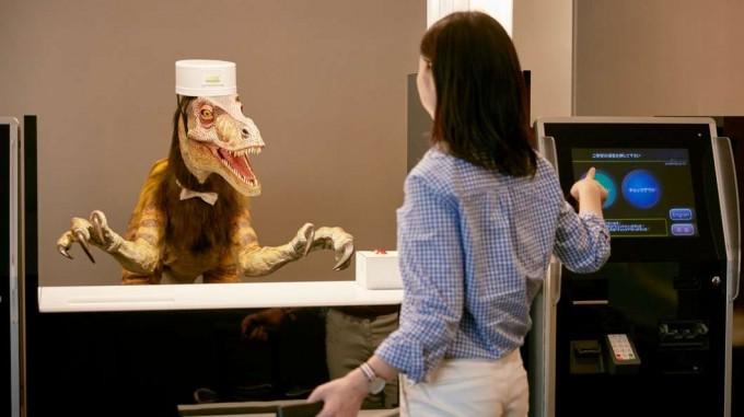「変なホテル」恐竜スタッフの接客