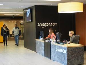Amazon(アマゾン)の受付のエントランスの女性たち