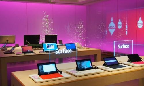 Surfaceなどの最新機器が並ぶ