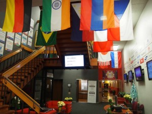 Plug and Play Tech Centerの中、様々な国旗がある