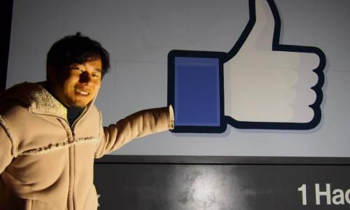 Facebook(フェイスブック)本社のいいね!看板の前で