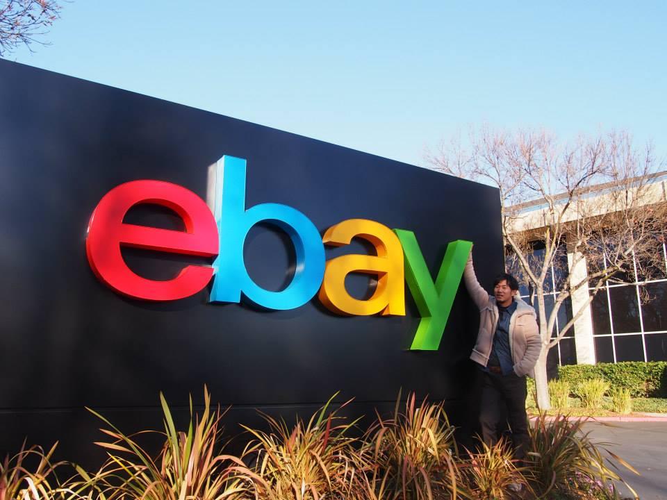 ebay(イーベイ)のロゴの前で記念撮影