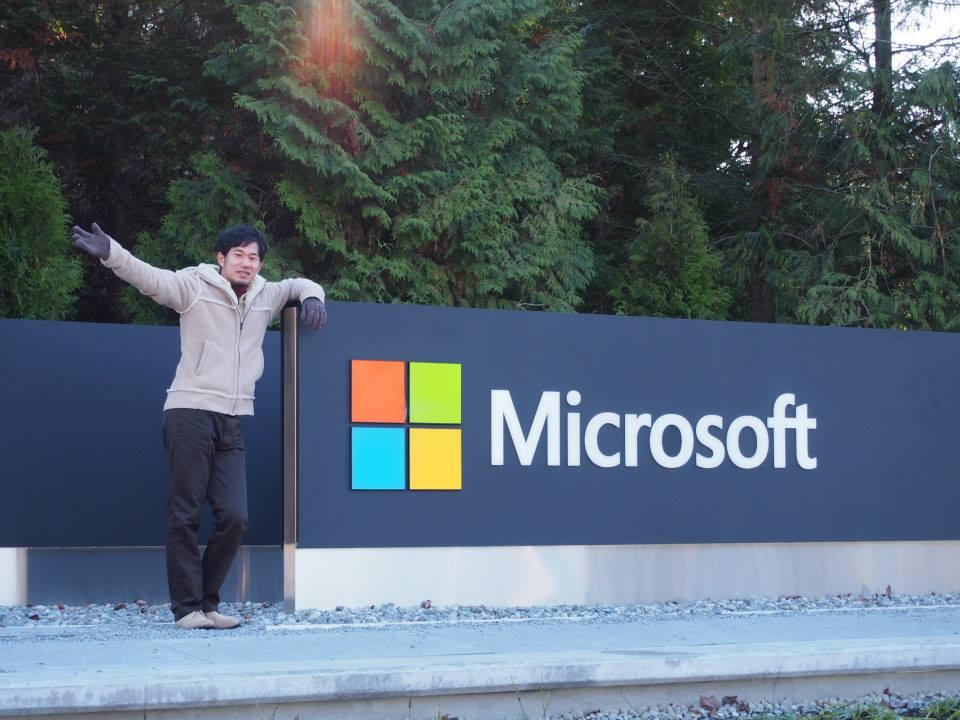 Microsoft(マイクロソフト)のロゴの前で記念撮影