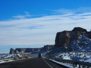 雪景色が広がるアメリカの道