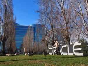 Oracle(オラクル)本社のロゴの前で