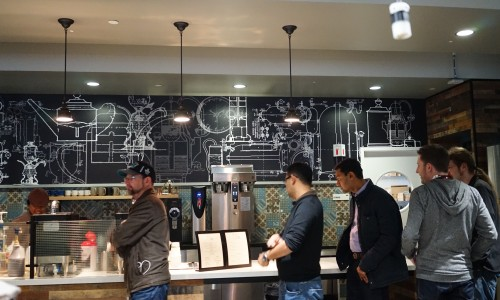 Google(グーグル)カフェで並ぶ人々