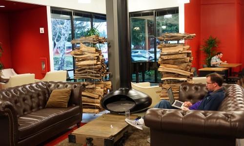 Google(グーグル)カフェで仕事をする社員