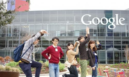 Google(グーグル)ロゴの前で記念撮影
