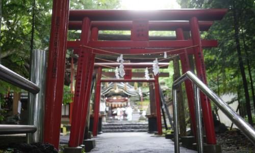 新屋山神社が見えてきた
