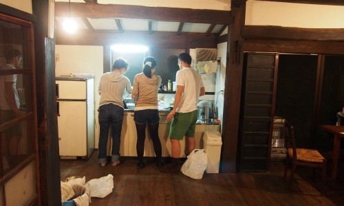 古民家『甲州民家情報館』で料理の準備