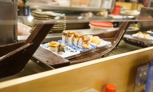 ボートに乗って寿司が回ってくる