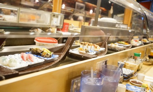 ボートに乗った寿司「すし丸」