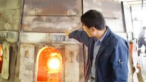 ダルマ炉を説明する倉田弘樹さん