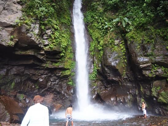 カミギン島のでかい滝で遊ぶ