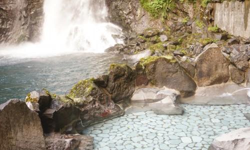 滝が間近で見える露天風呂