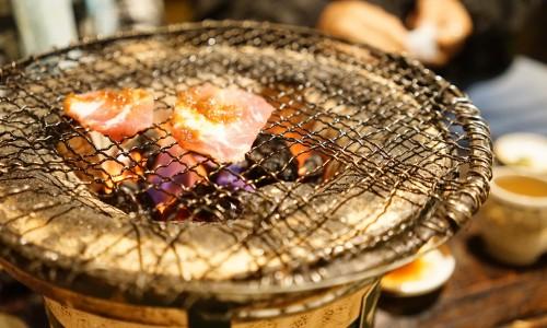 豚焼膳を焼いていく