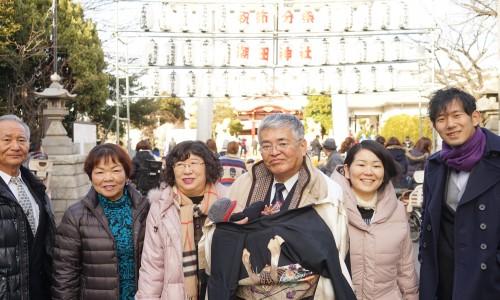 鶴見・潮田神社の前で家族写真