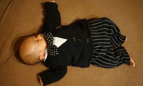 赤ちゃんは初のお宮参りでお疲れ