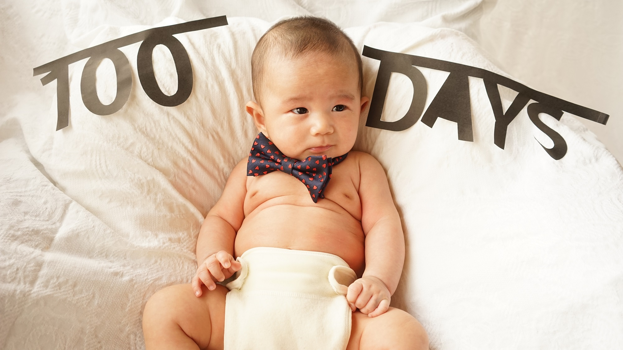 手作りグッズで赤ちゃん100日記念写真