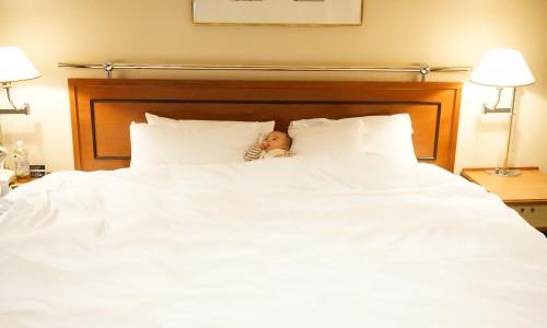 直人はキングサイズのベッドを満喫