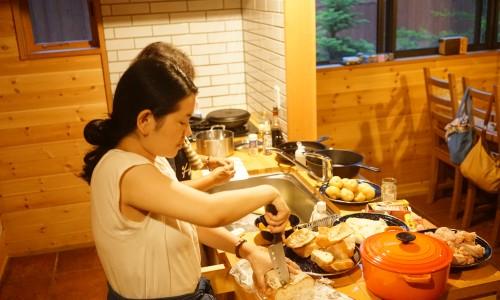 女性陣は料理