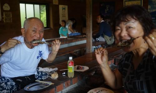 人間牧場で家族でイワナを食べる