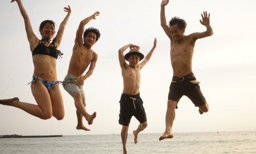秋谷海岸会す浴場でジャンプ