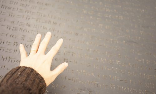 飛行石の石碑に手をかざす