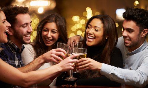 たくさんの種類の飲み会に参加する男性