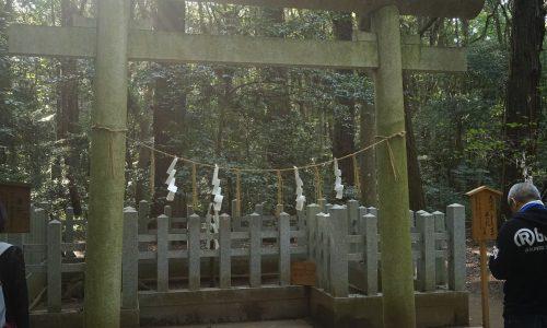 要石が祀られている鳥居