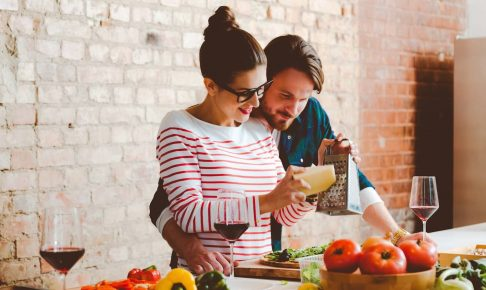 女性は「セックスするともっと好きになる」、男性は「美味しい料理でもっと好きになる」。あげまん女性の「振る舞い」とは?