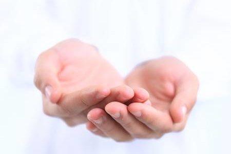 手のひらを見せる